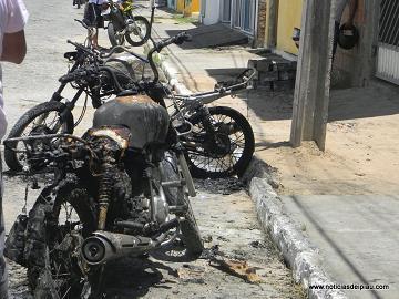 Veículos estavam estacionadas em um ponto de moto-táxi da cidade