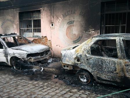 Carros que estavam em frente a base da polícia militar do município também foram incendiados (Foto Weber Ribeiro/Rede Nordeste de Comunicação)