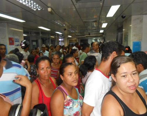 Meio dia de domingo, 19, pessoas no interior da CEF tentando realizar saques