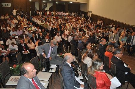 Assistência  formada por autoridades, políticos e pessoas de Jequié e região