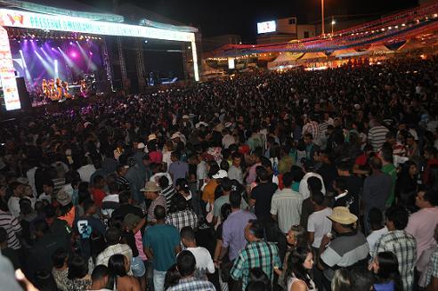 Primeira noite na Praça da Bandeira atraiu grande número de pessoas