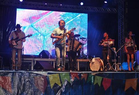 No palco 2, o cantor Marcos Belchote abriu a programação do primeiro dia