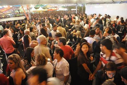 Espaço de circulação  ficou reduzido para tantos convidados do camarote oficial