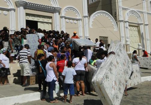 Muitas pessoas foram ao salão paroquial receberem doações