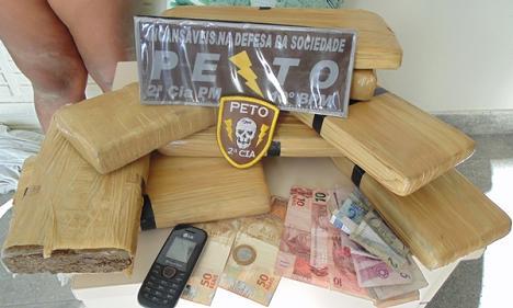 Mais de oito quilos de maconha, dinheiro e celular apreendidos com o casal