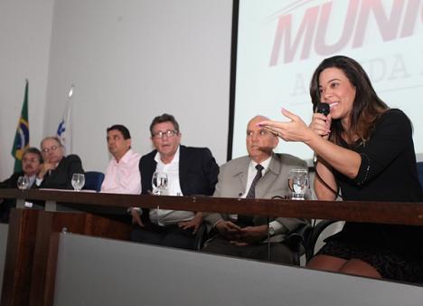 Presidente da UPB, prefeita Maria Quitéria discursando no lançamento da agenda em Salvador
