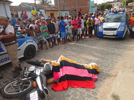 Após ter sido assassinado corpo do homem ficou estendido no meio da rua
