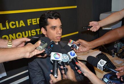 Delegado da PF Rodrigo Kolbe deu explicações sobre a operação em coletiva de imprensa (foto blog do Anderson)
