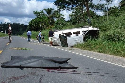 Após atropelamento fatal caminhonete tombou na BR 330 (foto Giro em Ipiau)