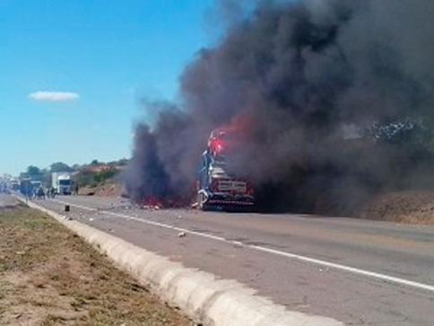Veículos pegaram fogo após colidirem (Foto: Site Binho Locutor)