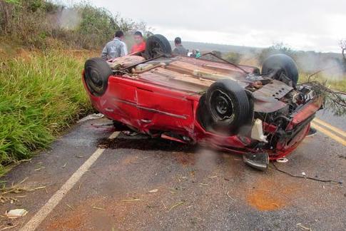 Motorista morreu após ter sido arremessado para fora do carro (foto blog Vandinho de Maracás)