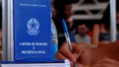 A não assinatura da CTPS da doméstica resulta em multa de R$ 805 (foto reprodução)