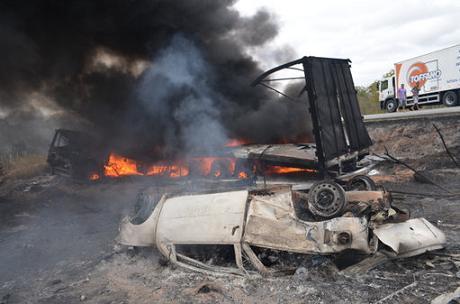 Após as colisões veículos pegaram fogo (fotos Portal Poções)