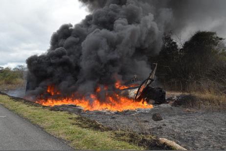 Corpo de Bombeiros de Conquista aguardado no local para debelar o fogo nos veículos (foto Portal Poções)
