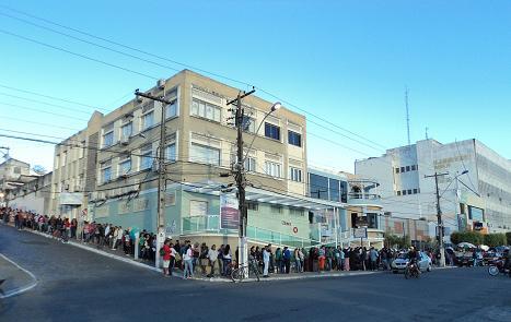 Fila de candidatos contorna o quarteirão (foto João Lourenço)