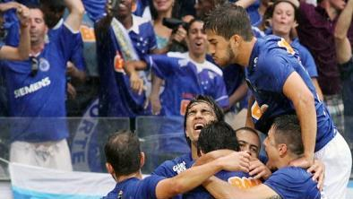 Jogadores do Cruzeiro vibram após a grande conquista (reprodução)