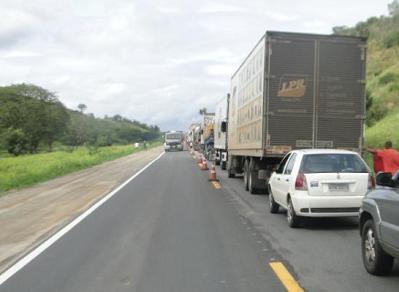 """Acidente ocorreu próximo a """"Reta da Coalhada"""" e  pista ficou interditada (foto Repórter Tatu)"""