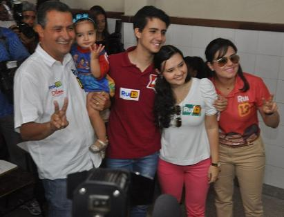 No dia da  eleição Rui com a filha mais nova, Mariana da mulher, a jequieense Aline Peixoto e dois filhos de outro relacionamento, Caio e Aline (reprodução)