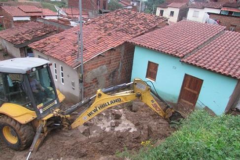 Máquina foi utilizada para retirar escombros do muro que desabou (fotos Uberlan Costa)