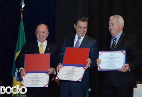 Vice João Leão (PP), governador Rui Costa (PT) e o senador Otto Alencar (PSD) exibem seus diplomas (foto Bocão News)