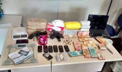 Drogas, celulares, armas e dinheiro apreendidos com o grupo (foto 19º BPM)