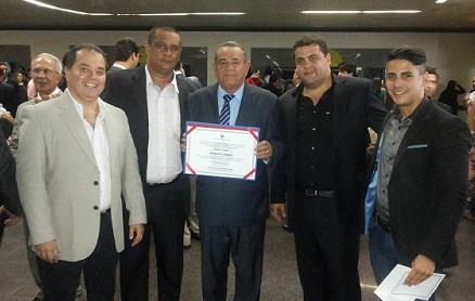 Deputado Euclides com o diploma ao lado do filho Ramon e de integrantes de sua assessoria (foto divulgação)