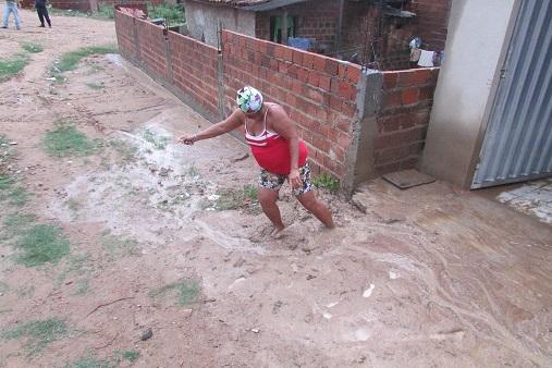 Proprietária enfrentou dificuldade para sair da casa invadida pela lama