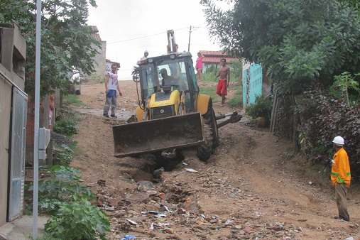 Máquina da Prefeitura encontrou dificuldade para chegar ao local das casas atingidas