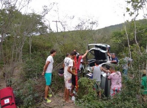 Após capotar carro desceu a ribanceira (foto Del Santos)