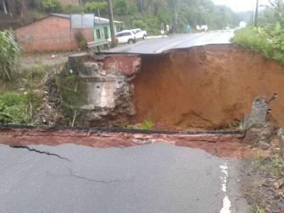 Uma grande cratera foi aberta na rodovia (foto reprodução Bahia Notícias)