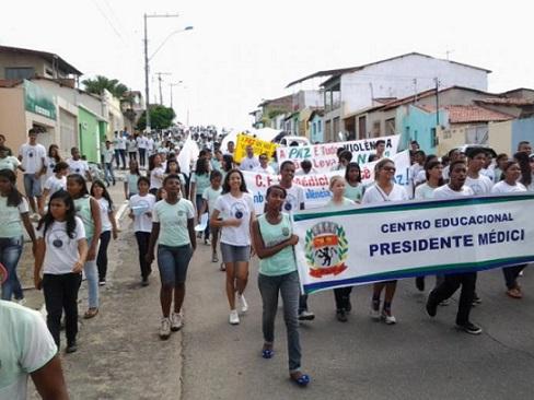 Estudantes do Presidente Médice percorreram ruas do Joaquim Romão