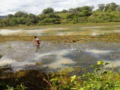 Corpo sendo retirado da água na região do Km 3 (foto Repórter Tatu)