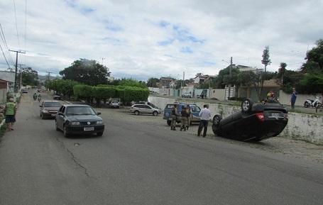Veículo precipitou-se na alvenaria lateral da Avenida Lyons Club