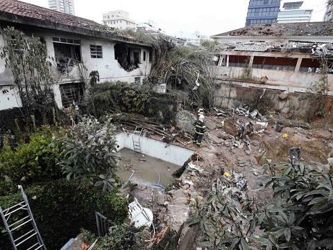 Local onde caiu o avião que levava o candidato à presidência Eduardo Campos (REUTERS/Paulo Whitaker)