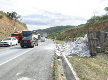 Caminhão capotou na margem da rodovia (foto Blog Marcos Frahm)