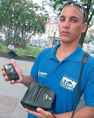 Fiscais da Limpurb usarão impressora de mão para multar na hora os mijões (Foto: Evandro Veiga/Arquivo Correio)
