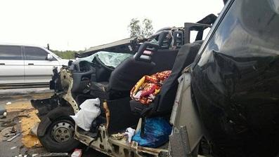 Van ficou destruída em batida (Foto: Adriano Cruz/Portal Poções)