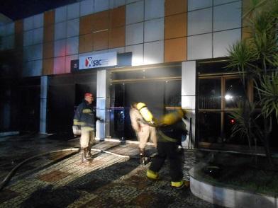 Bombeiros buscaram conter o fogo que se espalhou pela parte interna do prédio