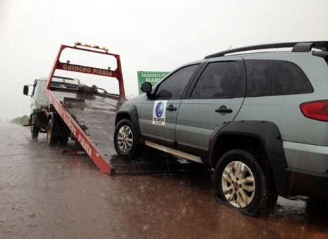 Carro da equipe precisou ser transportado por um guincho (reprodução)