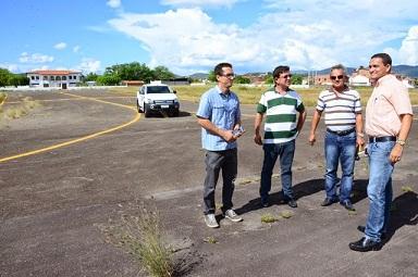 Técnicos da SEINFRA e  o secretário de Infraestrtura  em vistoria no aeroporto