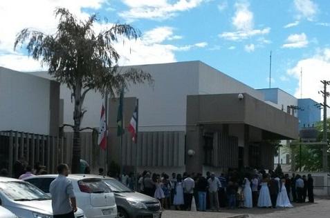 Casais, filhos e familiares aguardaram o inicio da cerimônia no Fórum de Jequié