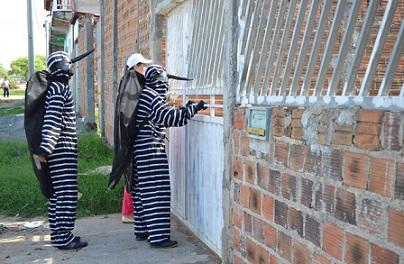 Visita domiciliar com orientações aos moradores do bairro