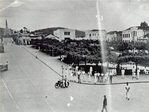 A partir da década de 1950 a Praça ganhou força como centro comercial da cidade