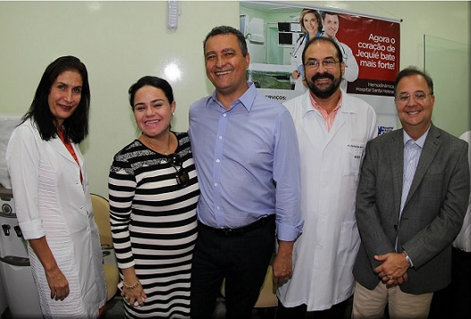 No Hospital Santa Helena, Rui Costa ao lado da esposa Aline e do secretário de Saúde Fábio Vilas Boas foi recepcionados por diretores da empresa