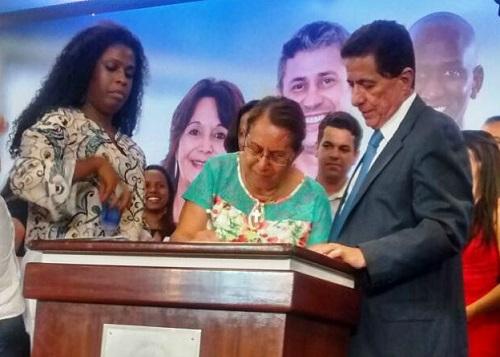 Tânia Britto, prefeita de Jequié assinou adesão ao projeto com o secretário estadual Osvaldo Barreto