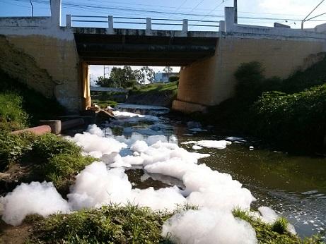 Acúmulo de espuma no encontro dos rios Jequièzinho e das Contas