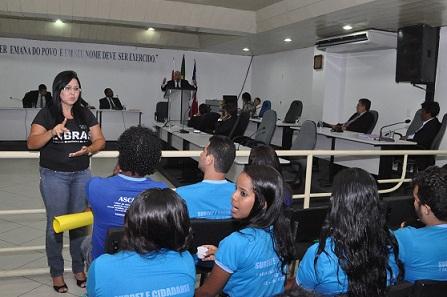 Renata Ribeiro, intérprete de Libras assistiu aos alunos presentes à sessão