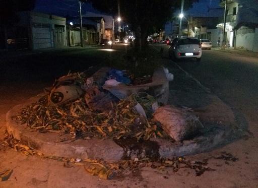 Mercadoria podre provocou a revolta dos moradores (foto Uberlan Costa)