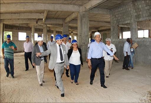 Governador Rui Costa ao lado da prefeita Tânia Britto e comitiva visitou as obras de ampliação do hospital público