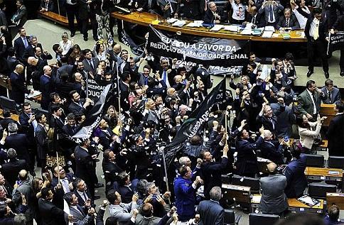 Em clima tenso emenda à PEC da maioridade foi aprovada em primeiro turno (foto Luiz Macedo)